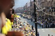 Feligreses esperando el recorrido del Papa